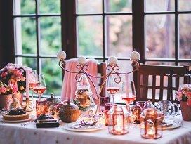 Cum să îţi aşezi invitaţii la masă