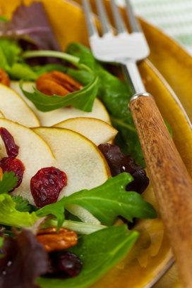 Salată cu rucola, năut, mere şi brânză feta