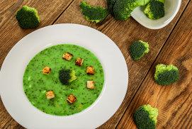 Supă cremă de broccoli cu brânză albastră şi crutoane aromate cu ulei din seminţe de roşii