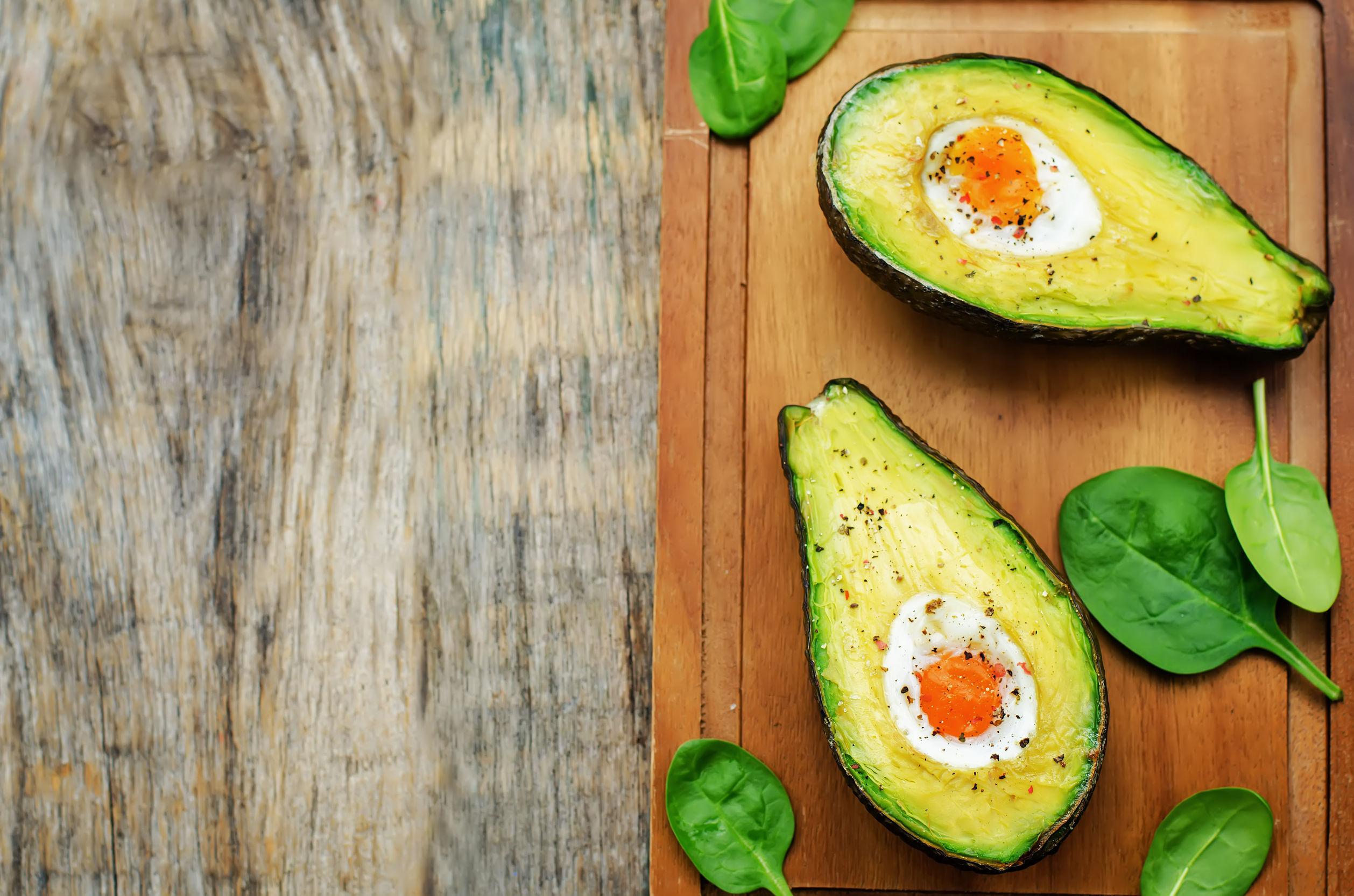 Ouă coapte în cartofi sau avocado