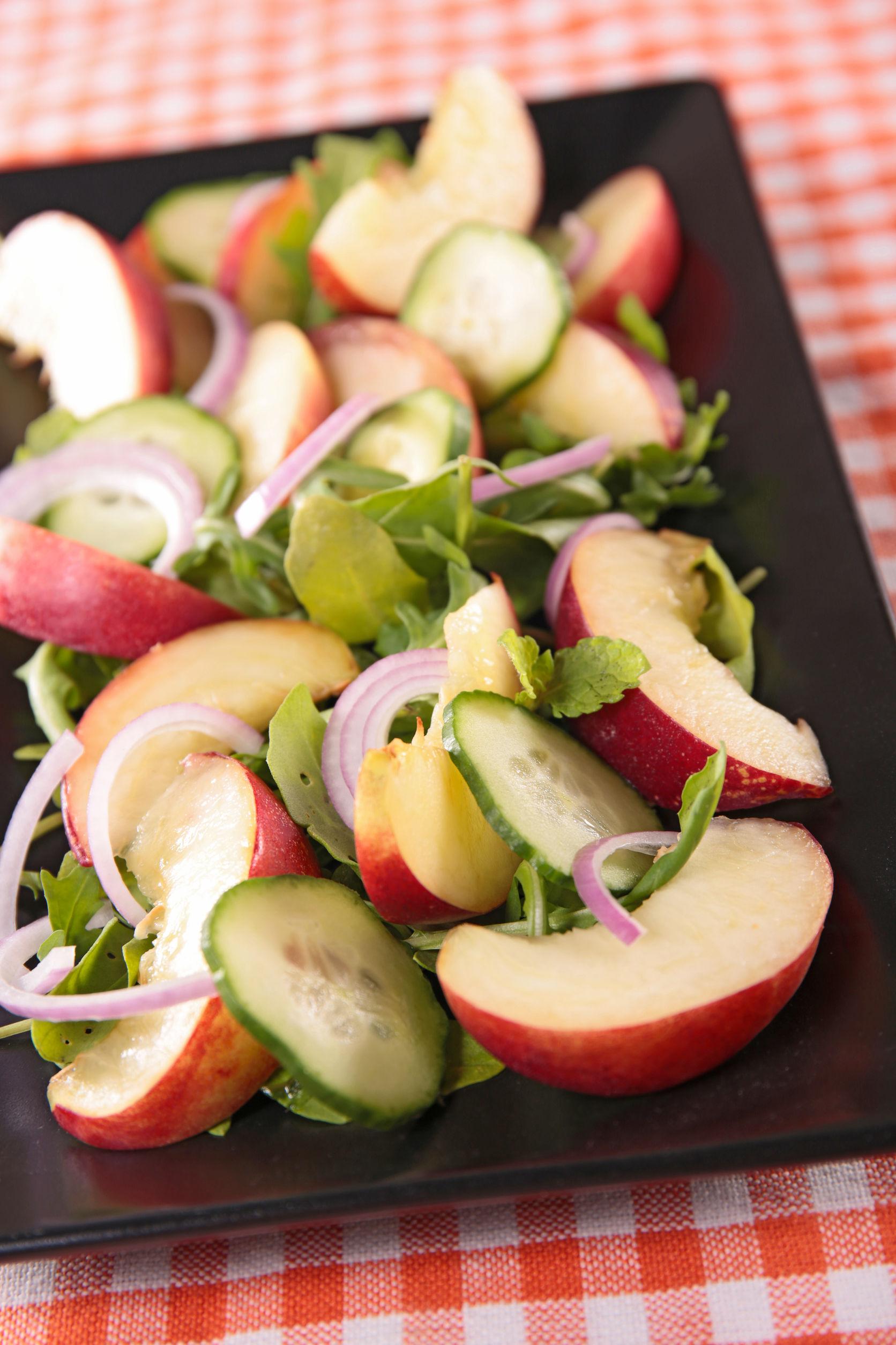 Fructul longevităţii e în sezon. Salată de piersici şi castraveţi, cu mentă şi busuioc