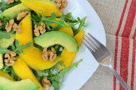 Salată tropicală cu mango, fructul pasiunii, chili şi piept de pui