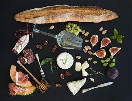 Crostini. Delicii italiene cu pepene galben şi prosciutto sau smochine şi camembert
