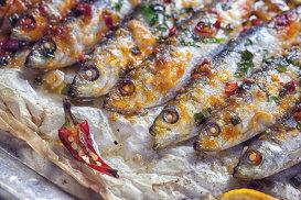 Sardine la grătar, salsa italiană şi pâine prăjită