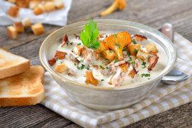 Supă cu ciuperci Chanterelle, ţelină, nucşoară şi crutoane cu busuioc