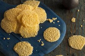 Chipsuri de parmezan şi salate cu frunze de mangold, nuci pecan sau mere la grătar