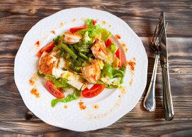Salată cu creveţi, fasole verde şi dressing cu piper cayenne şi miere
