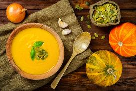 Supa cremă de dovleac cu ardei iute uscat şi rodie