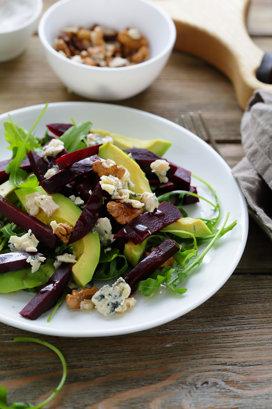 Salată de sfeclă cu avocado, brânză cu mucegai şi rucola
