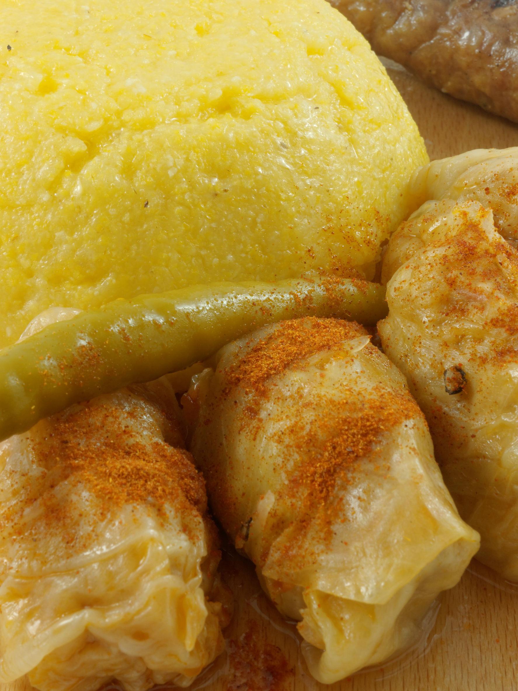 Sarmale tradiţionale în foi de varză acră, cu mămăligă şi hrean