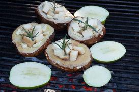 Ciuperci cu brânză scamorza şi mere la grătar
