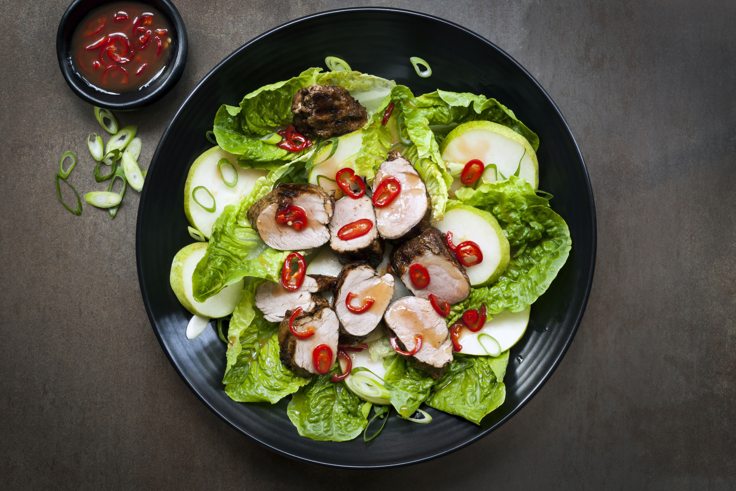 Salată verde cu muşchi de porc proaspăt afumat, pere şi dulceaţă de ardei iute