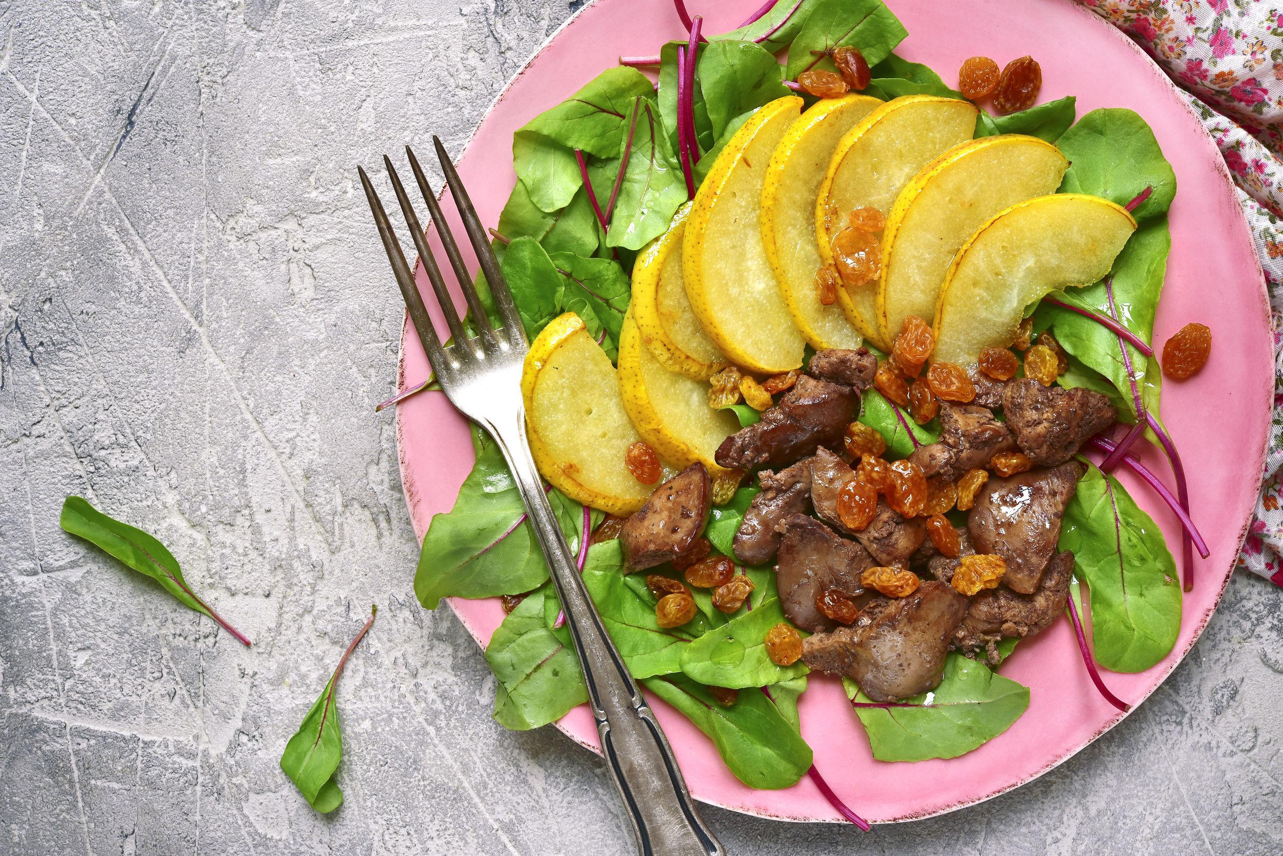 Salată cu ficăţei de pui, pere caramelizate şi stafide