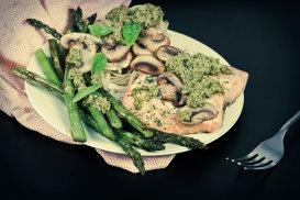 Somon cu sparanghel, linguini, ciuperci şi pesto