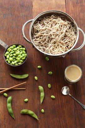 Salată japoneză cu tăiţei soba, edamame şi spanac