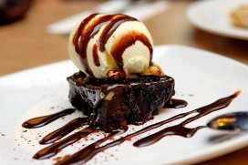 Negresă cu sos de ciocolată şi îngheţată de vanilie