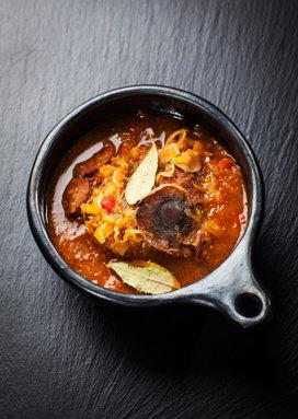 Supă cu varză murată, cârnaţi şi ardei iuţi