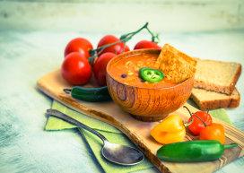Supă cu avocado, chili, ridichi şi tortilla crocantă