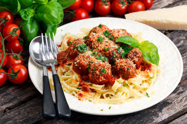 Paste cu chifteluţe italieneşti, sos de roşii, parmezan şi mascarpone
