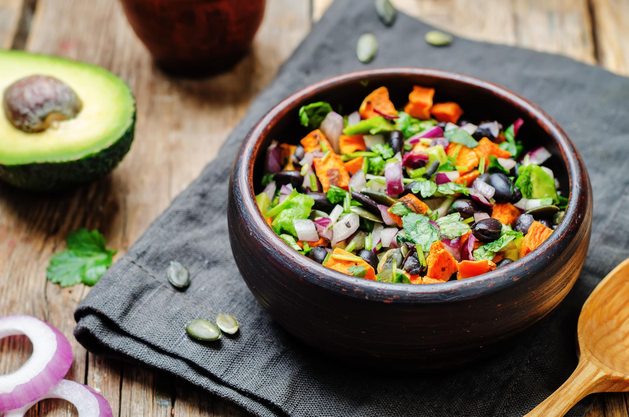 Salată cu cartofi dulci, fasole neagră şi avocado