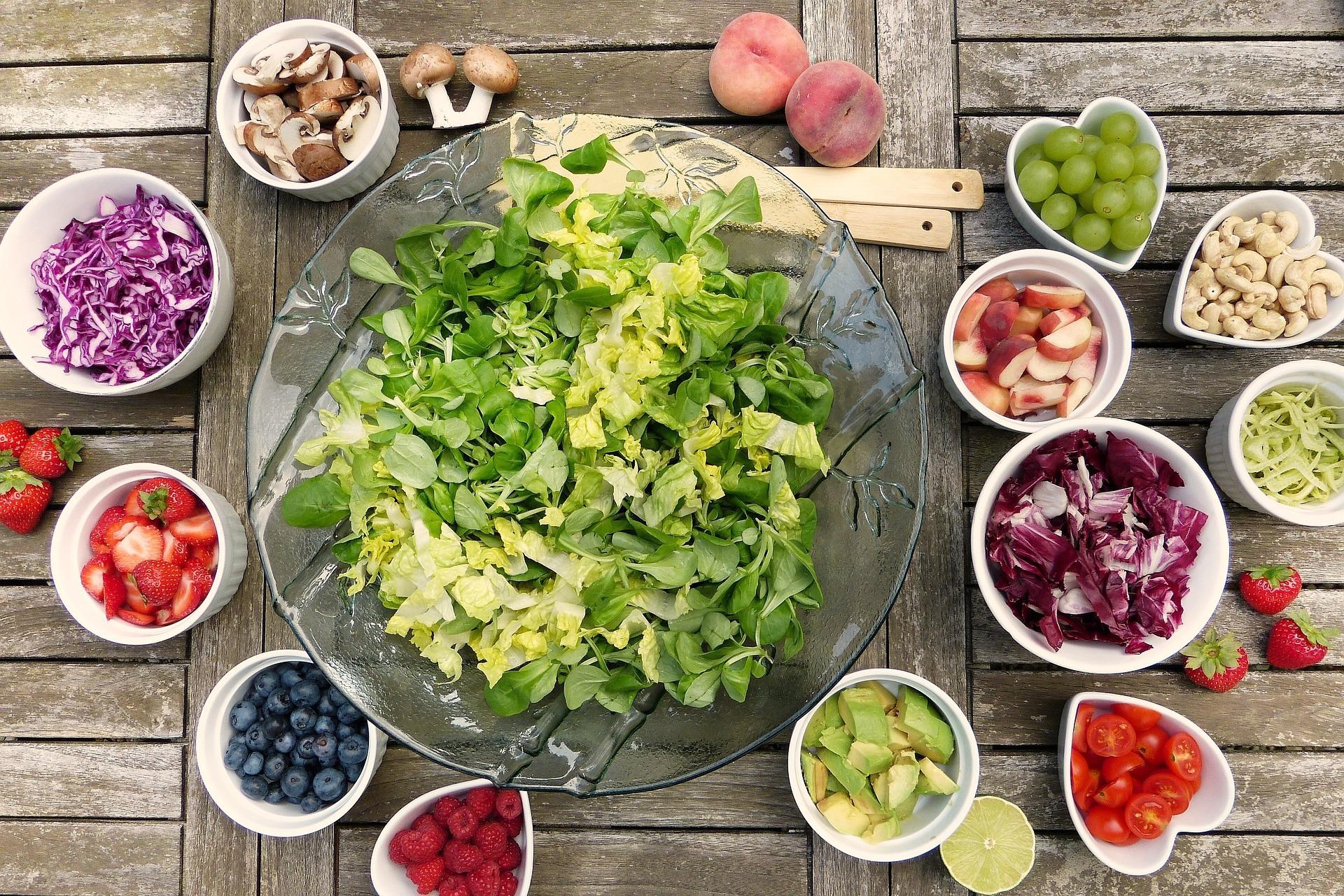 Prânzul la birou poate fi o salată delicioasă. Avem 5 idei pentru tine!