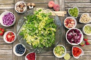 Iar ţi-ai luat doi covrigi şi-o sana pentru prânz? Încearcă mai bine ideile noastre de salate pentru birou!