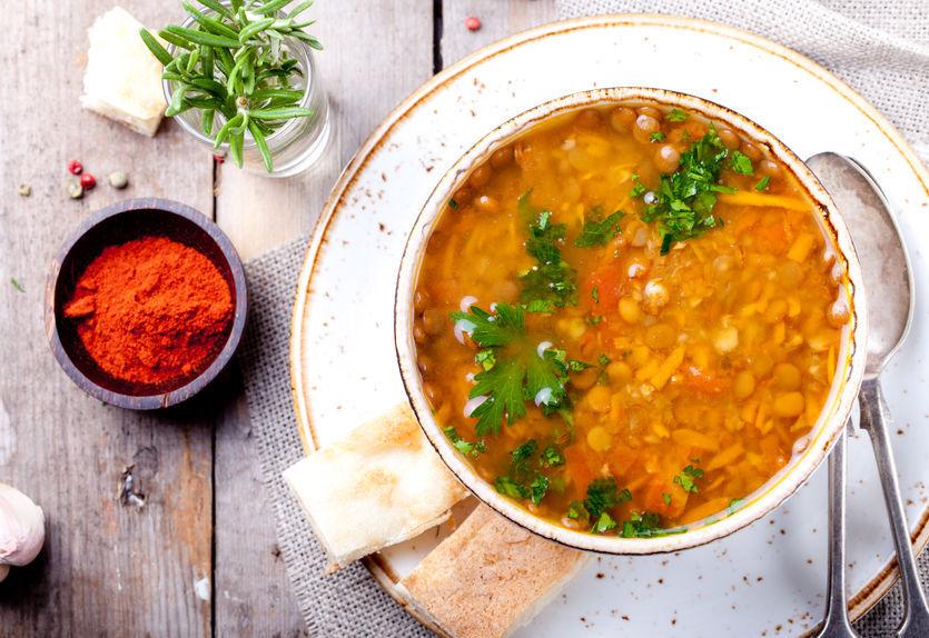 Supă picantă de morcovi cu linte: o reţetă de post plină de proteine.