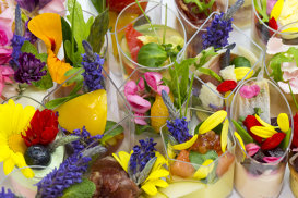 Istoria florilor comestibile. Artă cu petale în bucătărie