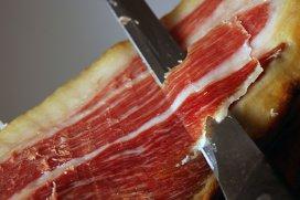 Arta tăierii jamonului iberico. Povestea omului care câştigă 4000 de dolari ca să felieze celebra şuncă spaniolă
