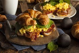 Croissant-ul, transformat în brunch-ul perfect. Povestea celui mai mare mister culinar din toate timpurile