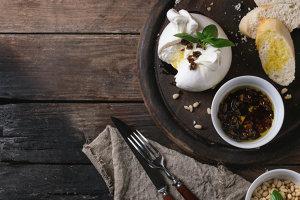 Cea mai delicată şi cremoasă brânză: burrata, regina brânzeturilor italiene