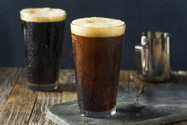 Cum a apărut berea artizanală. Şi… cum poţi să îţi faci propria bere acasă!