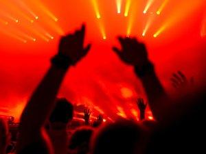 Potrivit unui studiu, oamenii care se duc mai des la concerte sunt mai fericiţi