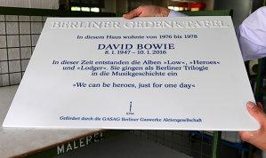 O placă din ceramică a fost pusă pe casa în care Bowie şi-a petrecut anii 70 in Berlin