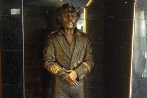 O statuie cu Lemmy a fost dezvelită în barul Rainbow din Los Angeles