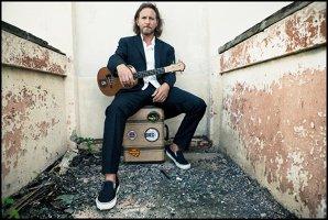 Vocalistul Pearl Jam, Eddie Vedder, donează 10.000 $ pentru o familie nevoiaşă