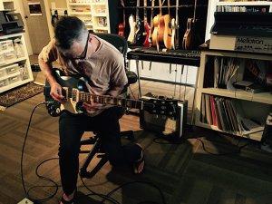 Chitaristul Pearl Jam, Mike McCready implicat în povestea unui copil care fuge de războiul din Siria