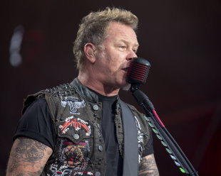 Pentru cine s-a dezbrăcat liderul Metallica, James Hetfield, în semn de ...respect