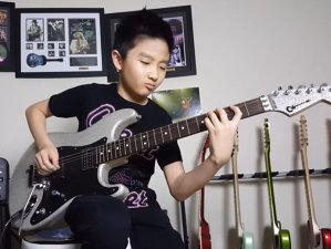 Un puşti de doar 10 ani ne dă lecţii în Satriani