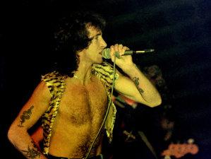 O carte despre Bon Scott, fostul vocalist AC/DC, promite dezvăluiri în premieră despre misterioasa moarte a acestuia