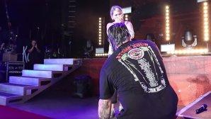 VIDEO: Johny Chow, basistul Stone Sour, şi-a cerut iubita de soţie pe scenă