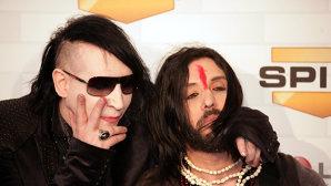 În urma acuzaţiei de viol, basistul Twiggy Ramirez a fost dat afară din trupa lui Marilyn Manson