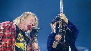 VIDEO: Cum a fost onorată memoria lui Malcolm Young într-un concert Guns N' Roses