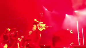 VIDEO: Josh Homme de la QOTSA i-a tras un picior în cap unei fotografe în timpul unui concert în California
