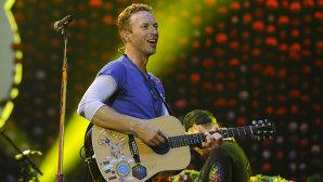 VIDEO: Chris Martin, vocalistul Coldplay, îşi învaţă fiica să cânte la chitară