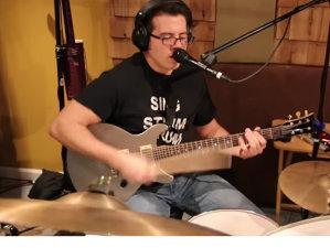 """Acest domn cântă Rush """"Tom Sawyer"""", simultan la chitară, tobe şi voce"""