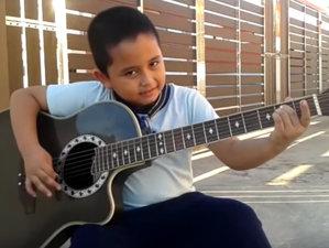 E mai mare chitara decât el, dar cântă Metallica de încremeneşti