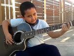 VIDEO: E mai mare chitara decât el, dar cântă Metallica de încremeneşti