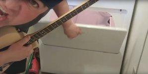 VIDEO: Cum se cântă AC/DC la maşina de spălat