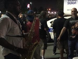 VIRALUL ROCK ON: Un saxofonist de stradă cântă